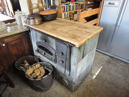 RISTRUTTURAZIONE EDIFICIO RURALE: Cucina in stile in stile Rustico di zanella architettura