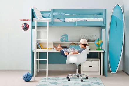 Litera loft con mesa de escritorio integrada: Habitaciones de niños de estilo  de Sofás Camas Cruces