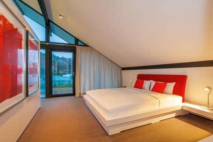 Huf Haus ART: moderne Schlafzimmer von HUF HAUS GmbH u. Co. KG