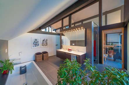 Huf Haus ART: moderne Badezimmer von HUF HAUS GmbH u. Co. KG