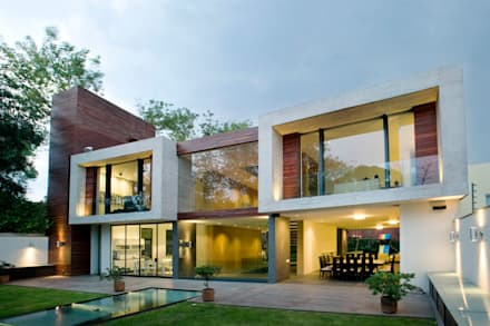 Casa V: Casas de estilo moderno por Serrano Monjaraz Arquitectos