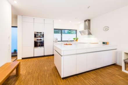 Balanced House - Einfamilienwohnhaus in Weinheim: moderne Küche von Helwig Haus und Raum Planungs GmbH
