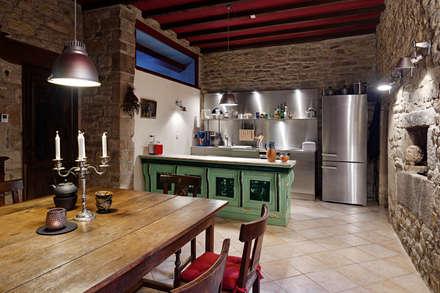 Manoir du Cleuyou: klassische Küche von architektur-photos.de