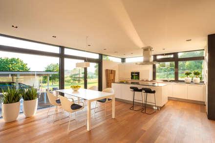 HUF Haus modum: 7:10: moderne Esszimmer von HUF HAUS GmbH u. Co. KG