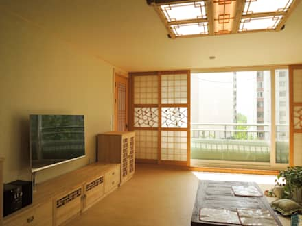 한식 전통창호로 꾸며진 거실: 한옥공간의  거실