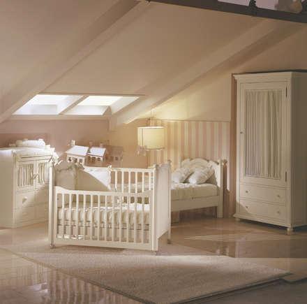 Quando nasce un bambino: Stanza dei bambini in stile in stile Classico di De Baggis Srl