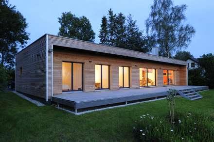 Außenaufnahme bei Dämmerung: moderne Häuser von Bau-Fritz GmbH & Co. KG