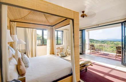 CAMERA MTRIMONIALE: Camera da letto in stile in stile Tropicale di ANG42