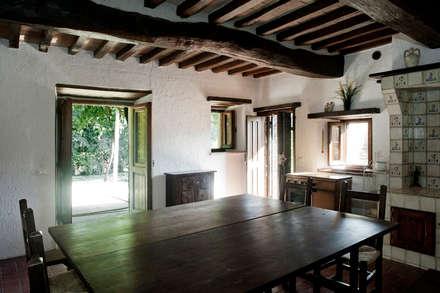 Tenuta Il Molinetto_Home Staging: Sala da pranzo in stile in stile Rustico di Archenjoy - Studio di Architettura -