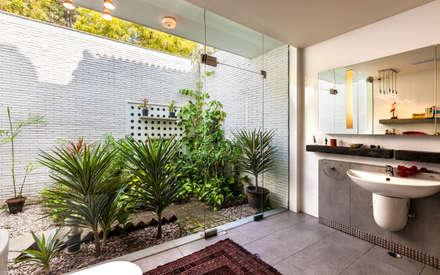 G Farm House: eclectic Bathroom by Kumar Moorthy & Associates