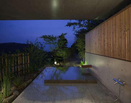 露天風呂(1): TOSHIAKI TANAKA&ASSOCIATES/田中俊彰設計室が手掛けた浴室です。