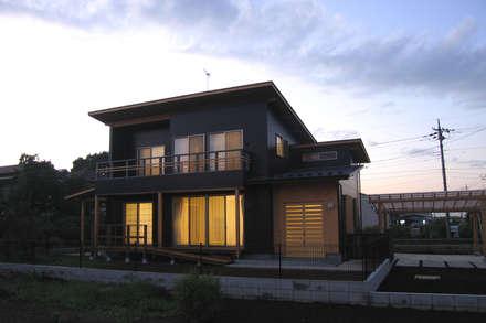 夕景: 八島建築設計室が手掛けた家です。