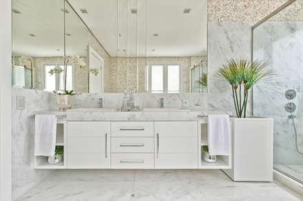 Casa em Jurerê Internacional - SC - Brasil: Banheiros clássicos por Samara Barbosa Arquitetura