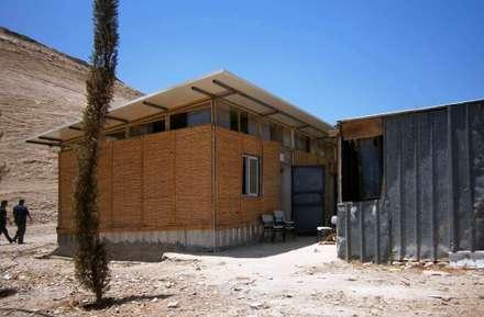 La Scuole nel Deserto - Abu Hindi primary school: Scuole in stile  di ARCò Architettura & Cooperazione
