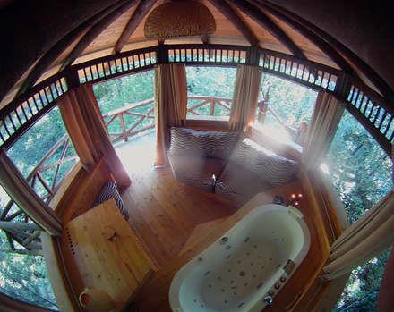 Casa sull'albero: Soggiorno in stile in stile Tropicale di Tree Top Builder