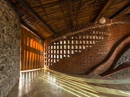 Brick House, Wada:  Corridor & hallway by iSTUDIO Architecture