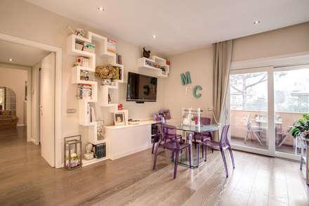 COVIELLO: Sala multimediale in stile  di MOB ARCHITECTS