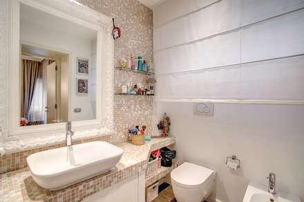 COVIELLO: Bagno in stile in stile Moderno di MOB ARCHITECTS
