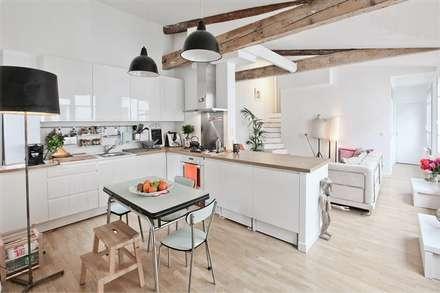 Duplex sur le canal: Salle à manger de style de style Moderne par Atelier UOA
