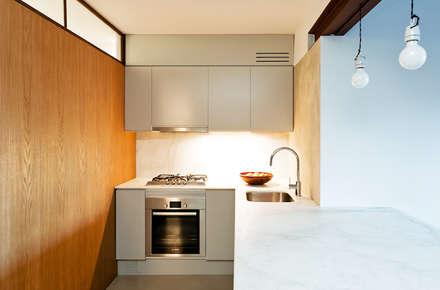 Cocina: Dormitorios de estilo moderno de ACABADOMATE