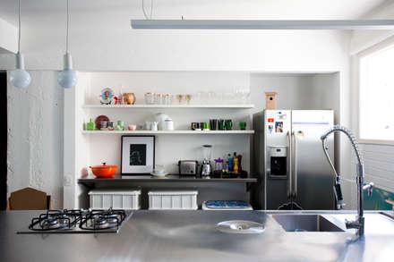 APTO ANTONIO CARLOS: Cozinhas ecléticas por Mauricio Arruda Design