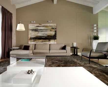 Soggiorno: Soggiorno in stile in stile Moderno di Studio d'Architettura MIRKO VARISCHI