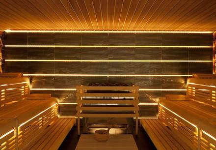 Professionelle Design-Sauna mit hinterleuchteter Steinwand.:  Sauna von corso sauna manufaktur gmbh