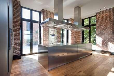 Innen Und Aussenaufnahmen Einer Villa Im Privatgebrauch: Moderne Küche Von  SONJA SPECK FOTOGRAFIE