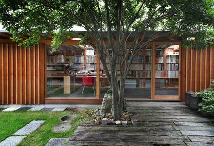 黒のアトリエ: 神家昭雄建築研究室が手掛けた庭です。