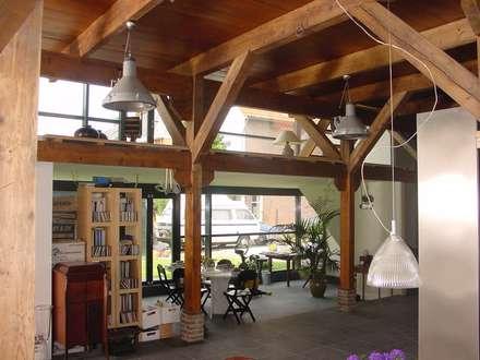 verbouw en uitbreiding koeienschuur tot villa: landelijke Woonkamer door Friso ten Holt   architect  Msc lid BNA  - Studio Abbestede