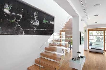 IQube House_: styl , w kategorii Korytarz, przedpokój i schody zaprojektowany przez ARCHiPUNKTURA .architekci detalu