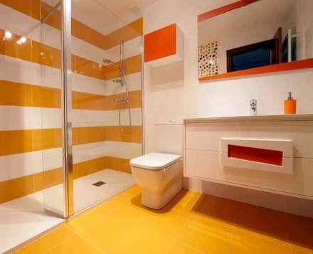Baño de colores: Baños de estilo moderno de PRIBURGOS SLU