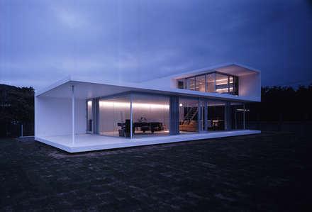 外観夕景: 株式会社仲亀清進建築事務所が手掛けた家です。