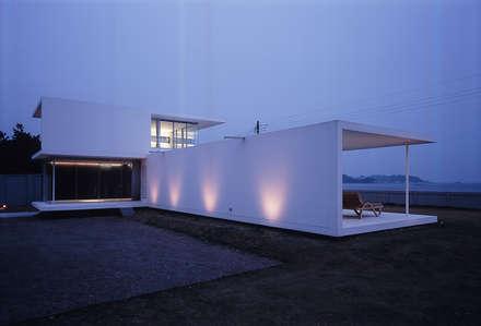 山側外観夕景: 株式会社仲亀清進建築事務所が手掛けた家です。