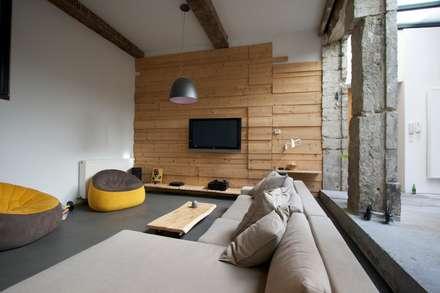 Loft france: Salon de style de style Moderne par New Home Agency