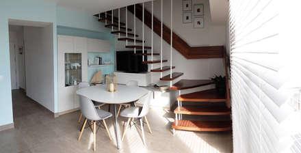 Diseño y reforma integral apartamento dúplex en El Perelló, Valencia: Pasillos y vestíbulos de estilo  de PEANUT DESIGN STUDIO