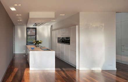 keuken: minimalistische Keuken door VAN ROOIJEN ARCHITECTEN