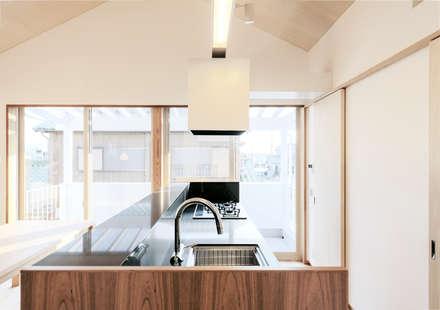 アイランドキッチン: アトリエ FUDOが手掛けた家です。