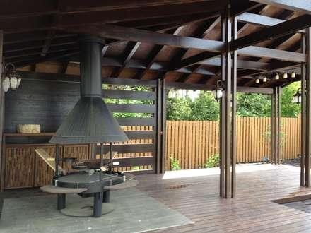 AUTOR DO PROJETO DE UM GAZEBO PARA CHURRASCO( АВТОРСКИЙ ПРОЕКТ БЕСЕДКИ ДЛЯ БАРБЕКЮ ): Terraços  por D O M | Architecture interior