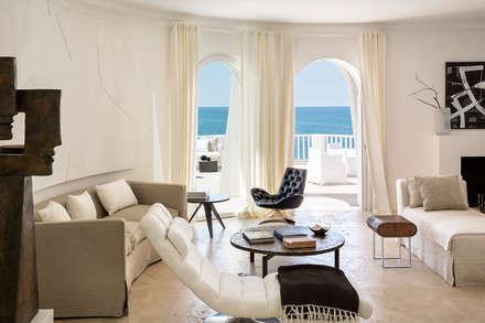 SABAUDIA SUL MARE: Soggiorno in stile in stile Mediterraneo di Stefano Dorata