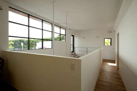 House with the bath of bird: Sakurayama-Architect-Designが手掛けた玄関・廊下・階段です。