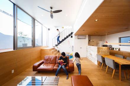 Salas / recibidores de estilo escandinavo por 一級建築士事務所haus