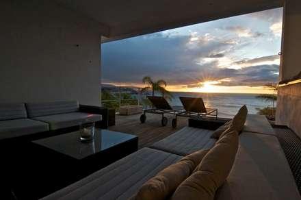 Amanecer desde la terraza: Terrazas de estilo  de SH asociados - arquitectura y diseño