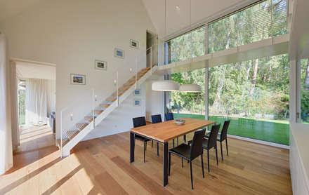 Essbereich mit Luftraum: moderne Esszimmer von Möhring Architekten