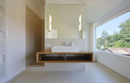 Ferienhaus mit Holzfassade: moderne Badezimmer von Möhring Architekten