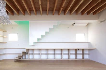 閉じる階段: WAA ARCHITECTS 一級建築士事務所が手掛けた玄関/廊下/階段です。
