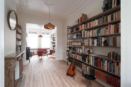Woonkamer bibliotheek: Salon de style de style Minimaliste par Robby Aerts