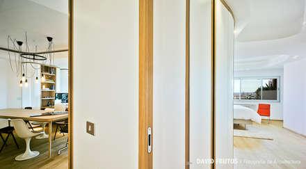 Penthouse: Ventanas de estilo  de Manuel Ocaña Architecture and Thought Production Office