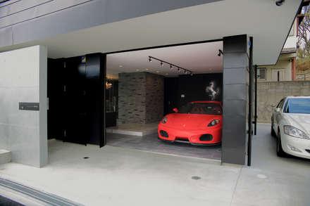 Garages de estilo moderno por 一級建築士事務所・スタジオインデックス