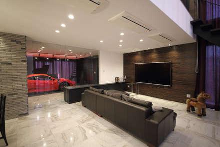 S邸ガレージハウス: 一級建築士事務所・スタジオインデックスが手掛けたリビングです。